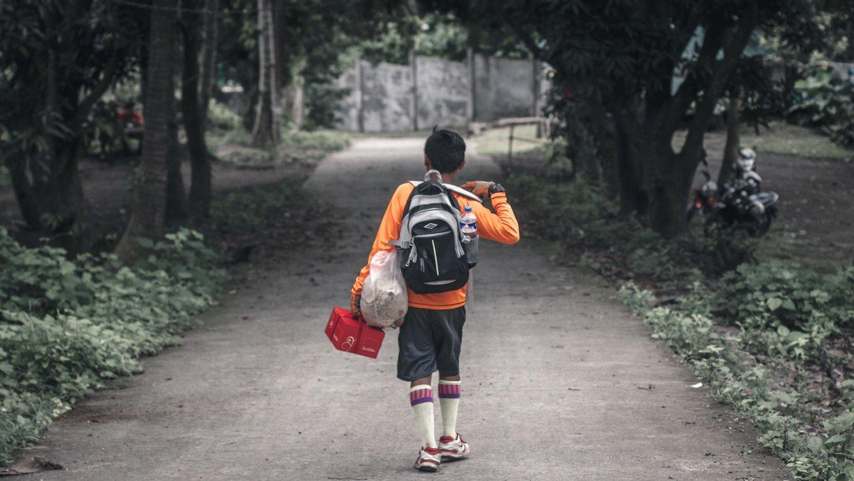 bambino che va scuola