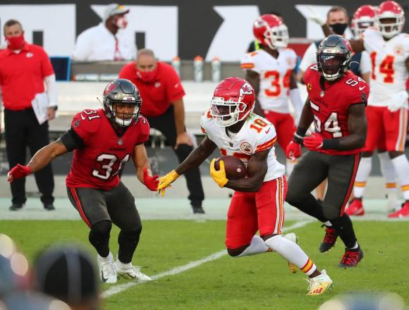 Nov 29, 2020; Tampa, Florida, USA; Kansas City Chiefs wide receiver Tyreek Hill (10) runs the ball against Tampa Bay Buccaneers strong safety Antoine Winfield Jr. (31) and inside linebacker Lavonte David (54) during the first half at Raymond James Stadium. Mandatory Credit: Kim Klement-USA TODAY Sports