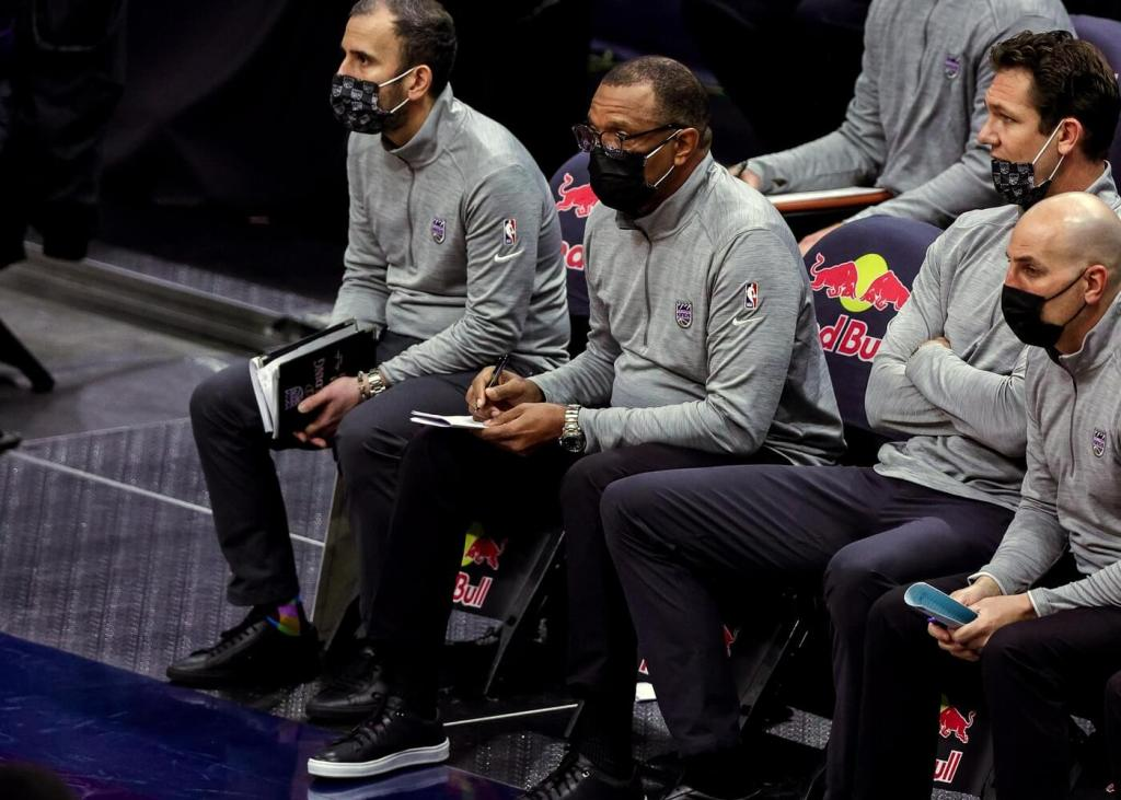 Feb 1, 2021; New Orleans, Louisiana, USA; Sacramento Kings assistant head coach Alvin Gentry taking notes against New Orleans Pelicans during the first half at the Smoothie King Center. Mandatory Credit: Stephen Lew-USA TODAY Sports