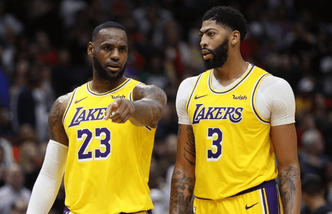 NEW ORLEANS, LOUISIANA - NOVEMBER 27: Anthony Davis #3 of the Los Angeles Lakers and LeBron James #23 of the Los Angeles Lakers talk during the game against the New Orleans Pelicans at Smoothie King Center on November 27, 2019 in New Orleans, Louisiana.  NOTE TO USER: User expressly acknowledges and agrees that, by downloading and/or using this photograph, user is consenting to the terms and conditions of the Getty Images License Agreement (Photo by Chris Graythen/Getty Images)