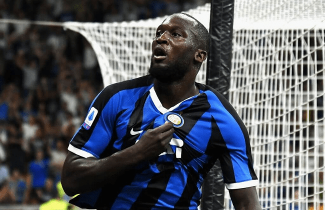 MILAN, ITALY - AUGUST 26: Romelu Lukaku of FC Internazionale celebrates after scoring his team third goal during the Serie A match between FC Internazionale and US Lecce at Stadio Giuseppe Meazza on August 26, 2019 in Milan, Italy. (Photo by Alessandro Sabattini/Getty Images)