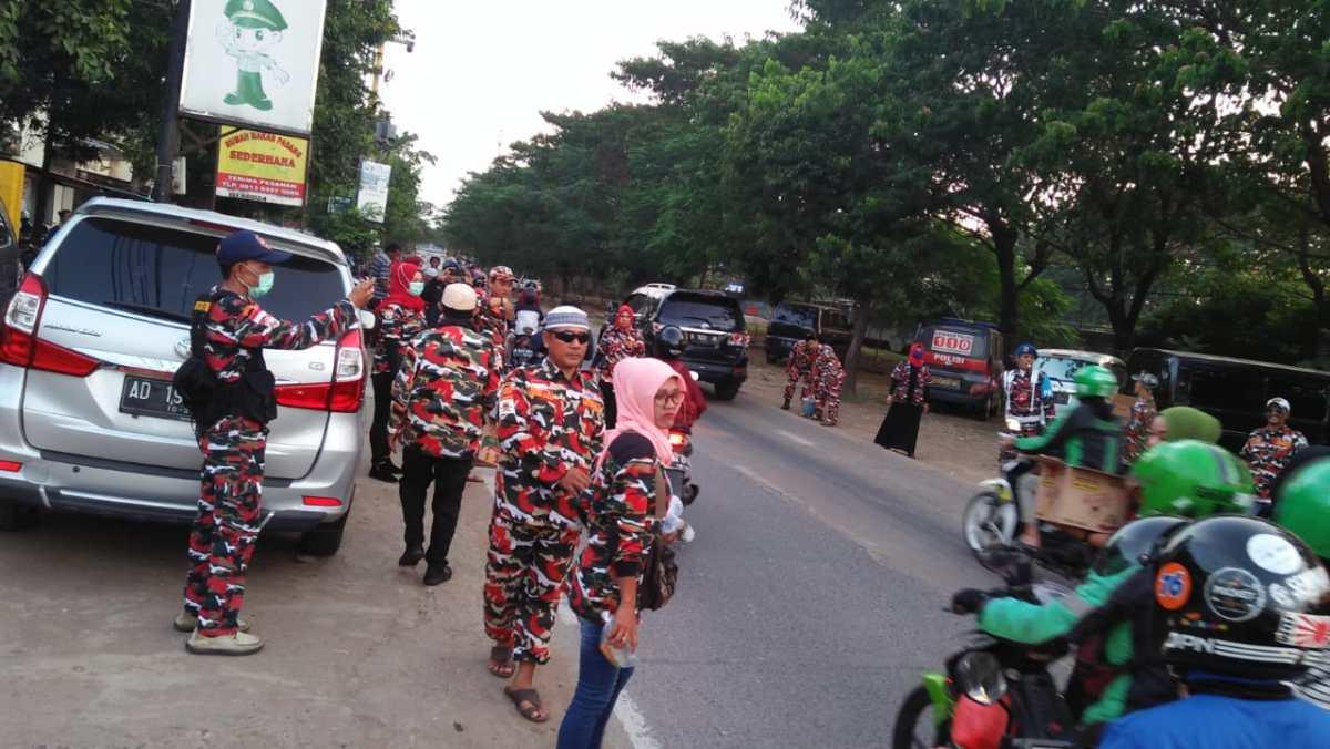 Berbagi dan Peduli, LMP Jakarta Barat bagi-bagi Tak Ta'jil di Cengkareng Jakbar