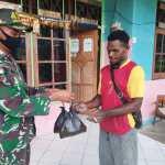 Sisihkan Bahan Pangan, Satgas Yonif MR 413 Kostrad Berbagi Untuk Negeri