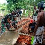 Bersama Warga, Satgas Yonif 125/SMB Gotong-Royong Bangun Rumah di Kampung Toray
