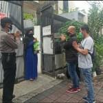 Kanit Reskrim Polsek Tanjung Duren Jakarta Barat Berikan Bantuan Vitamin Ke Warga Yang Terkena Covid-19