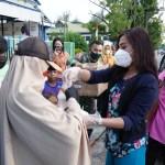 Ramadhan Berkah , Istri Tentara Berbagi Buka Puasa di Jalanan