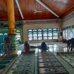 Wujudkan Kenyamanan Ibadah di Bulan Suci Ramadhan, Personel Satgas Yonif 642 Bersama Warga Bersihkan Masjid