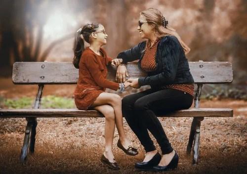 madre e figlia che parlano sedute sulla panchina