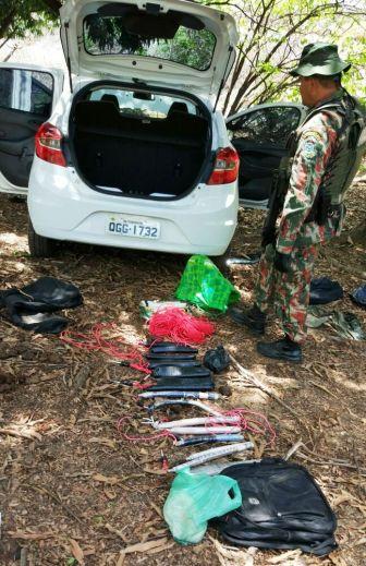 Polícia encontra carro e material usado por quadrilha abandonados