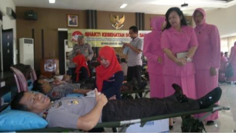 Kapolres Sidoarjo AKBP Marjuki ikut donor darah dalam rangka memperingati HUT Bhayangkara