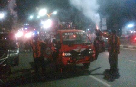 Pemuda Pancasila menyalakan kembang api sebagai tanda deklarasi dukungan Prabowo-Hatta