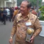 Bupati Sidoarjo H.Saiful Ilah tersenyum menenteng Piala Adipura