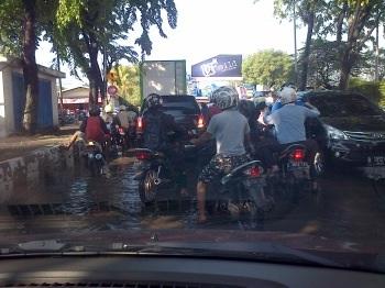 Kendaraan terjebak macet di akses Berbek-Rungkut Industri