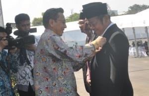 Bupati Sidoarjo Saiful Ilah saat menerima penghargaan Satyalancana Wira Karya dari Wapres Boediono karena berhasil menggerakkan program KB di Sidoarjo