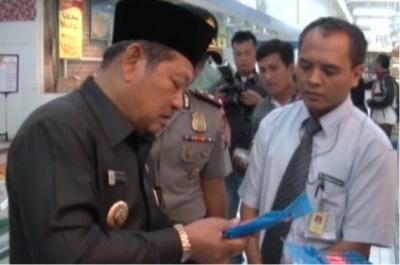 Bupati Sidoarjo Saiful Ilah melihat mamin yang dijual di salah satu hypermart