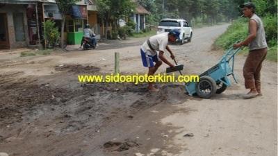 Jalan di kawasan Prambon yang diperbaiki beberapa waktu lalu