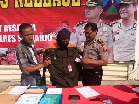 Polres Sidoarjo saat merilis barang bukti dan  tersangka penipuan