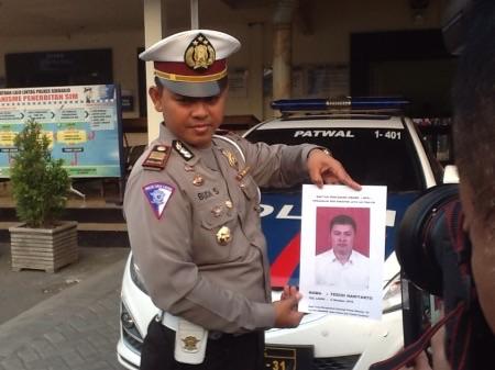 Kasat Lantas Polres Sidoarjo AKP Setiyono menunjukkan foto sopur bus Harapan Jaya yang menjadi DPO