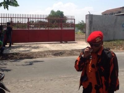 Lokasi lahan yang diuruk pagarnya ditutup dan aktifitas pengurukan berhenti setelah ditutup paksa oleh warga.