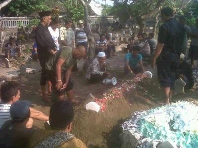 Sudjali (pakai kopyah)  saat pemakaman ibundanya
