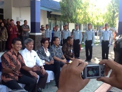Menteri Kelautan dan Perikanan Susi Pujiastutik bersama direktur PKP Sidoarjo Endang Suhaedy (kiri)