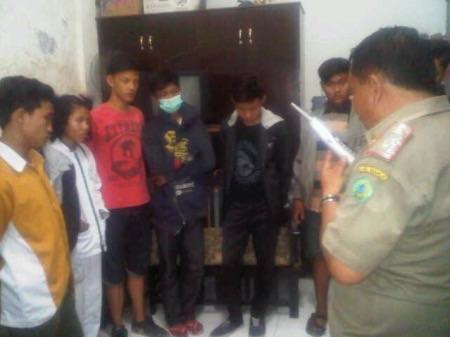 Siswa yang diamankan petugas Satpol PP karena bolos sekolah