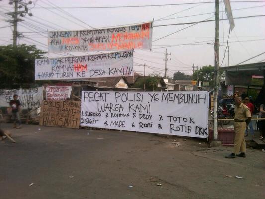 Warga Kebonagung blokade jalan, untuk melampiaskan kekecewaan atas kematian Imron Zainuddin.