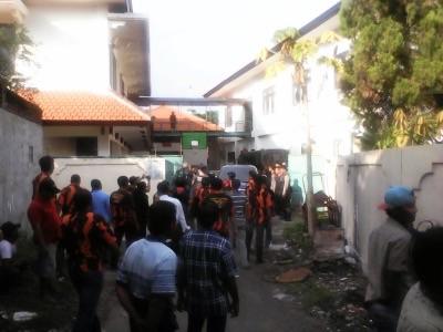 Warga Grogol, Kecamatan Tulangan dan anggota PP saat memblokade pintu keluar samping Kejari Sidoarjo
