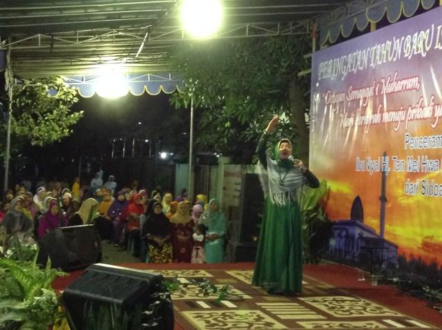 Nyai Tan saat ceramah di Desa Kepuhkiriman, Sidoarjo