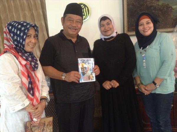 Ayunda Goba (baju hitam) bersama Saiful Ilah menunjukkan album penyanyi asli Sidoarjo itu