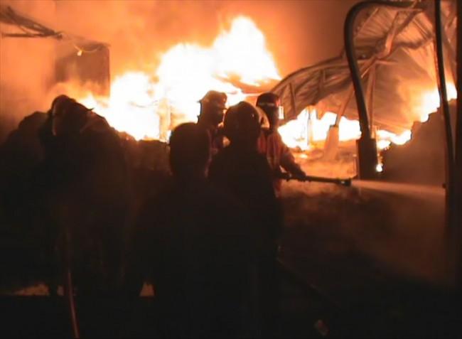 Api melahap gudang pabrik pengolahan plastik di Desa Durung Beduk, Kecamatan Candi