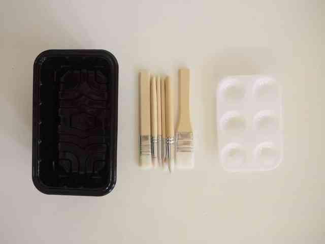 包裝蔬果的塑膠盒 畫筆 調色盤