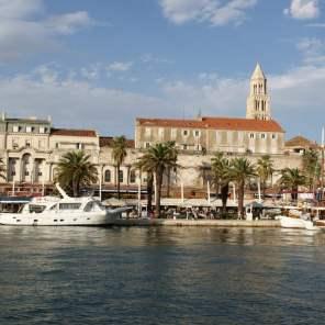 Uferpromenade Riva Split Hafen Schiffe Boote Kroatien Meer Palmen