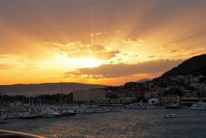 Sonnenuntergang Split Hafen Kroatien AIDAbella Meer Goldene Stunde