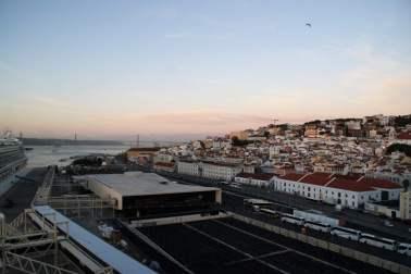 Kreuzfahrthafen mit Blick auf die Altstadt und den Fluß Tejo