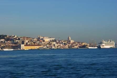Blick auf Lissabon vom Meer mit AIDA
