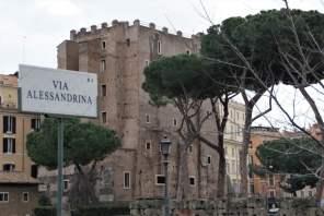 Via Alessandrina im Hintergrund