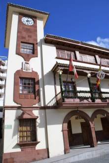 Rathaus mit Holzbalkone und Turmuhr San Sebastian