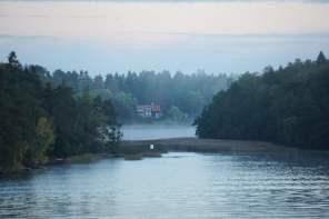 Nebelschwarden liegen auf dem Wasser