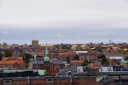 Aarhus mit den gelben Dächern der Universität