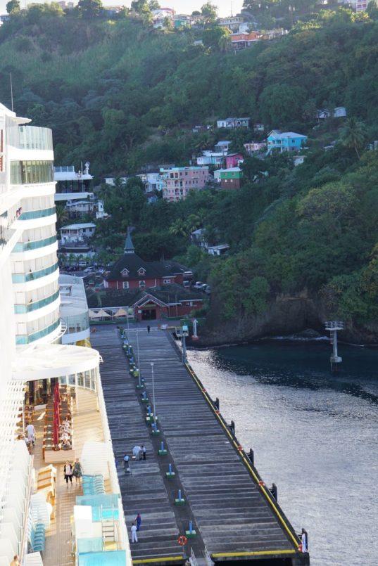 Pier führt zum Hafengebäude