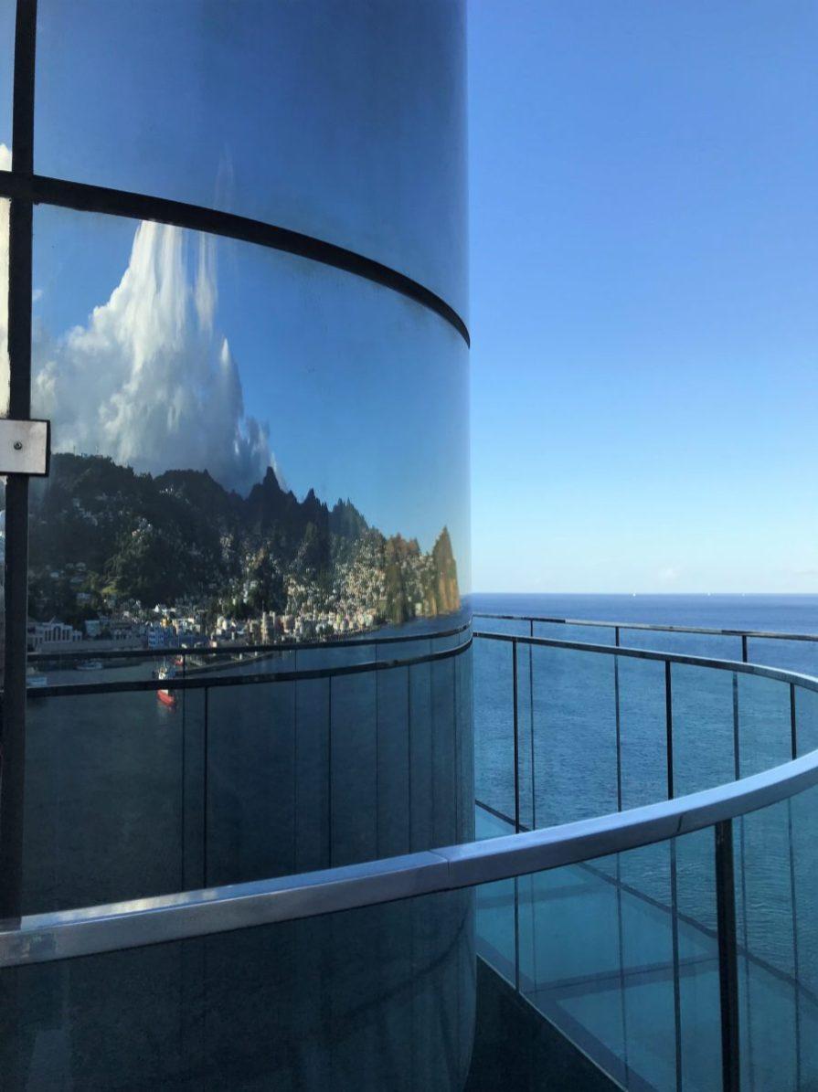 St.Vincent spiegelt sich im Panoramaaufzug