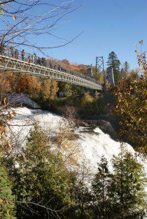 Hängebrücke über dem Wasserfall