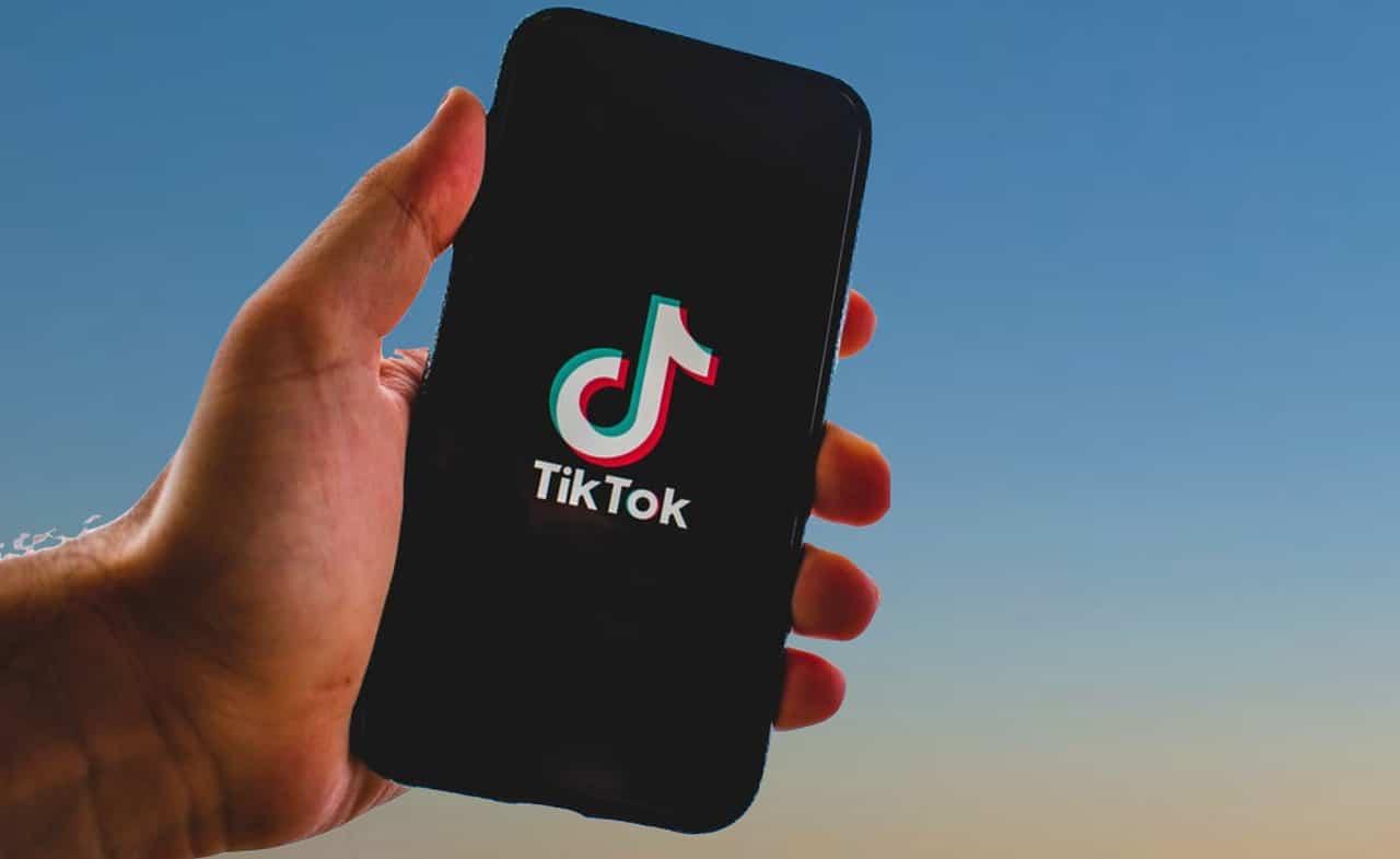Un téléphone avec le logo de tiktok
