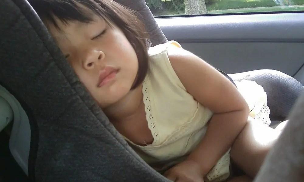 enfant endormi dans son siège auto