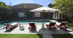 Chaises longues au bord de piscine 2 - - Une villa à Bali - Hôtel, Bali
