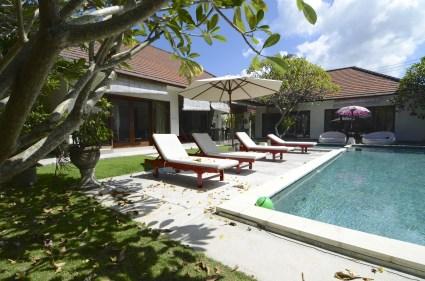 Chaises longues au bord de piscine 3 - - Une villa à Bali - Hôtel, Bali