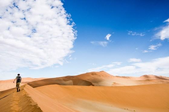 dune randonne escalader 2 - sossuvlei - le desert du namibie - afrique, namibie
