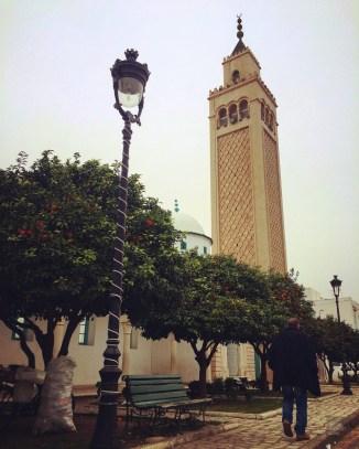 mosquée minaret homme lampadaire - La Marsa - Tunisie, de la mer au désert - Afrique, Tunisie