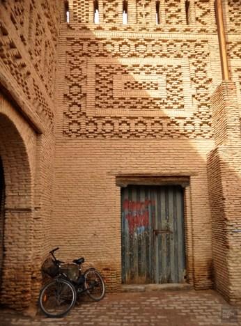 tozeur porte bicyclette mur briques - La médina - Tunisie, de la mer au désert - Afrique, Tunisie
